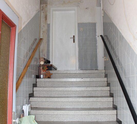 Eingang - sanierungsbedürftig